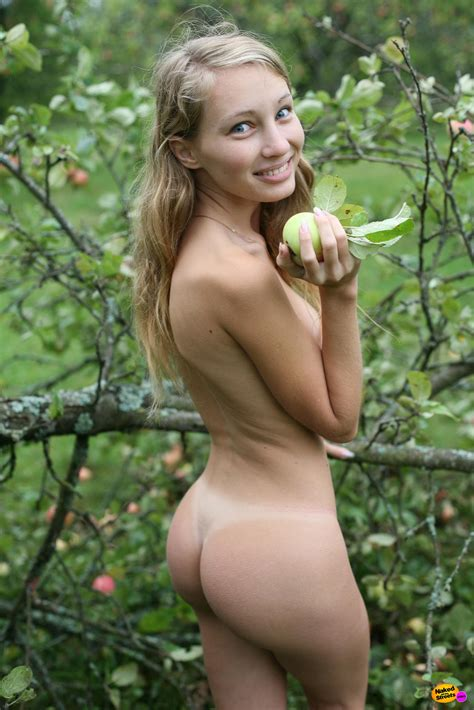 Round Booty Girl Posing Naked Outdoor