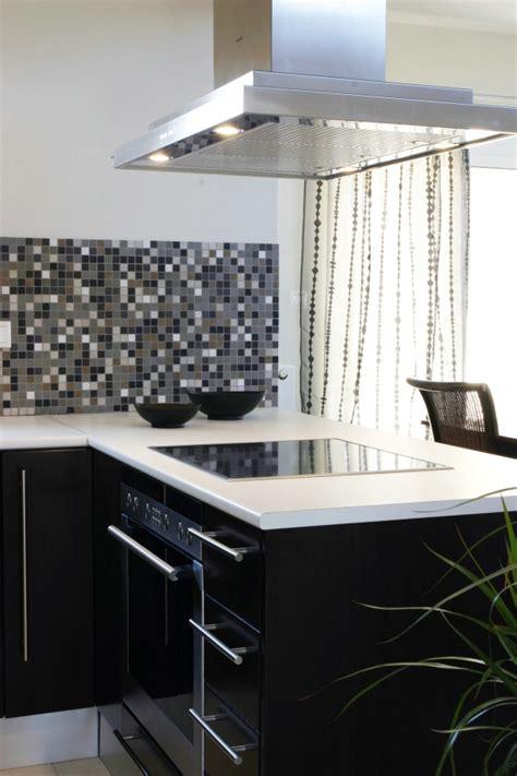 black glass backsplash kitchen 小厨房装修图片 室内家居 高清图片下载 三联 4673