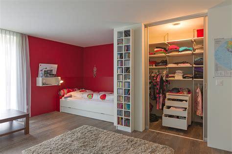 begehbarer kleiderschrank mit innenlicht im maedchenzimmer