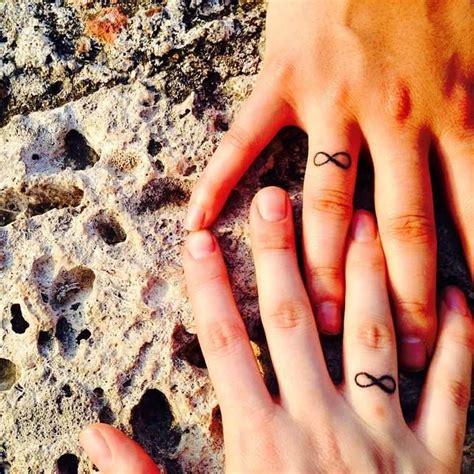 Le Tatouage Bague Remplace L'alliance De Mariage, Regardez