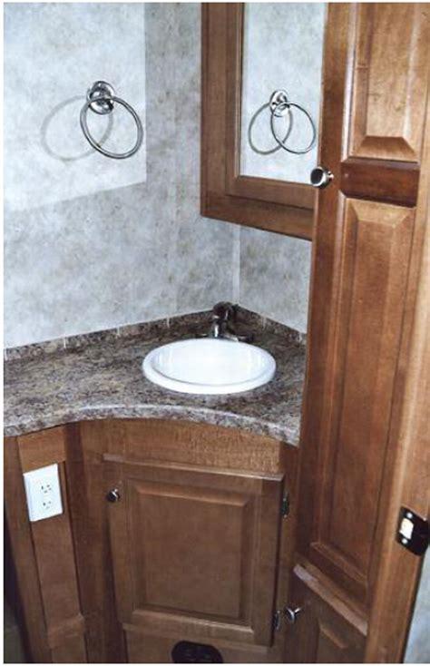 la salle de bain et lavabo en coin cing caravaning