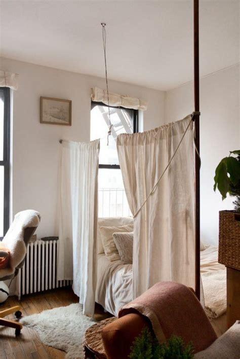 chambre a coucher en coin la séparation de pièce amovible optez pour un rideau
