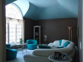 wohnzimmer mit kamin modern wandgestaltung in grau und türkis 25 farben ideen