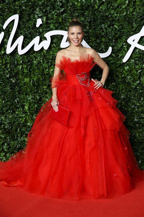 """Am freitag sagt sie auch in der kirche """"ja. Victoria Swarovski - Fashion Awards 2019 Red Carpet in ..."""