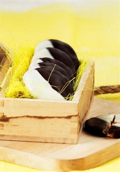 Kayu Manis 80g black and white biscuit