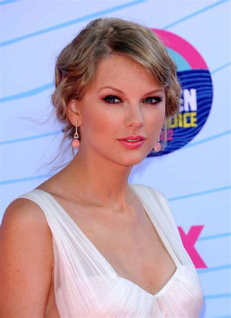 TAYLOR SWIFT at 2012 Teen Choice Awards in Universal City ...