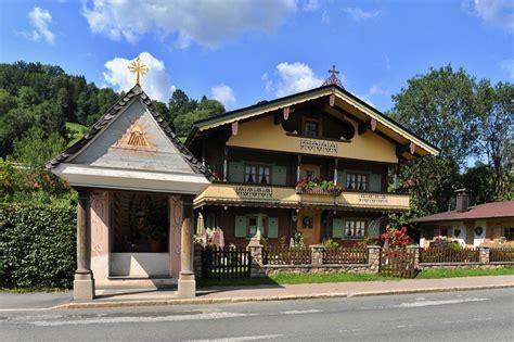 Haus An Der Durchgangsstrasse Von Brixen Im Thale Foto