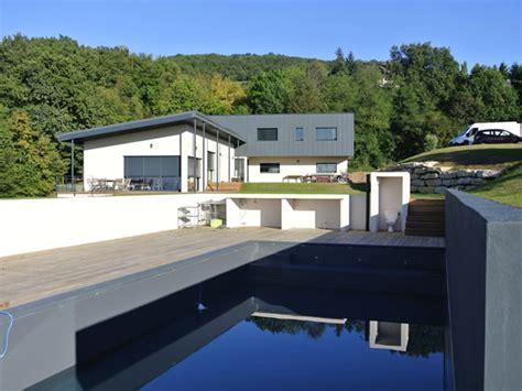maison contemporaine en l avec piscine naturelle