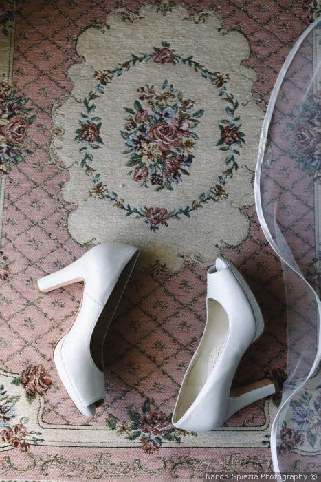 Le scarpe ti accompagnano letteralmente all'altare nel giorno del fatidico sì, la scelta quindi del modello è fondamentale quasi quanto quella dell'abito.serve la scarpa perfetta, bassa o con tacco, ma. Quali scarpe da sposa col tacco indossare sotto l'abito ...