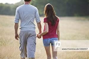 Hand In Hand Gehen : ein junges paar gehen hand in hand durch lange gras lizenzfreies bild bildagentur f1online ~ Orissabook.com Haus und Dekorationen