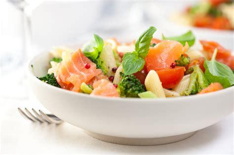 recette de salade de p 226 tes au saumon f 251 m 233 toute simple et