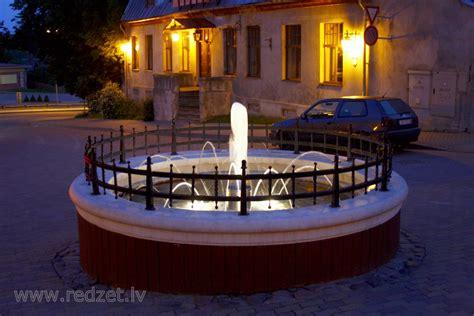 Izgaismota strūklaka Rožu laukumā Cēsīs - Strūklaka Rožu ...