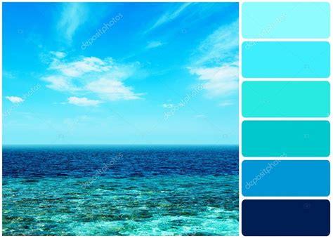 Água Do Mar Sobre Fundo De Céu Azul E A Paleta De Cores