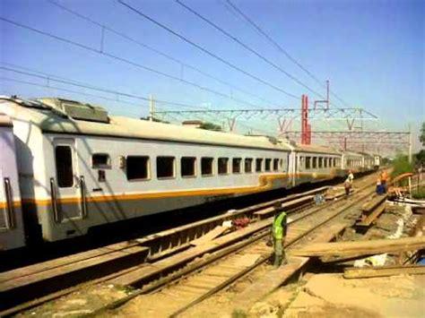 kereta api cirebon express melintasi stasiun tambun menuju ke stasiun gambir