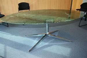 Table Marbre Ovale : table a plateau oval en marbre de couleur verte vernisse reposant sur pietement etoile en metal chr ~ Teatrodelosmanantiales.com Idées de Décoration