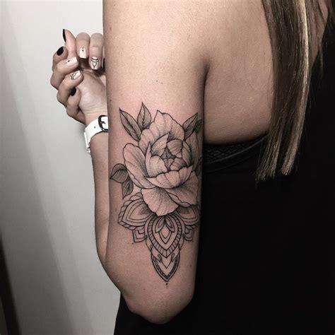 tatouage une rose femme