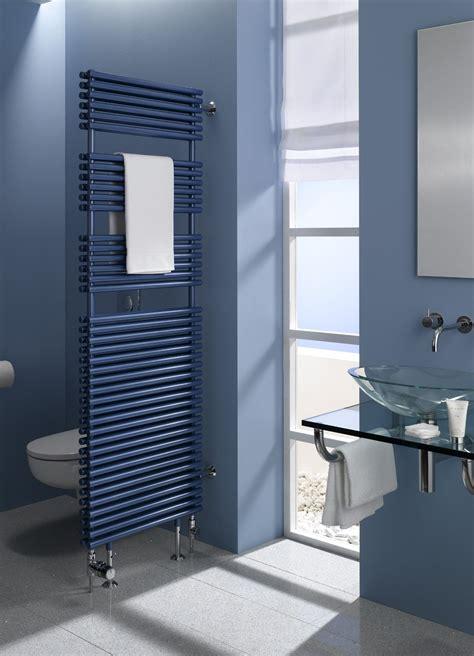bad waende blau rauchblau bodenfliesen grau waschtisch