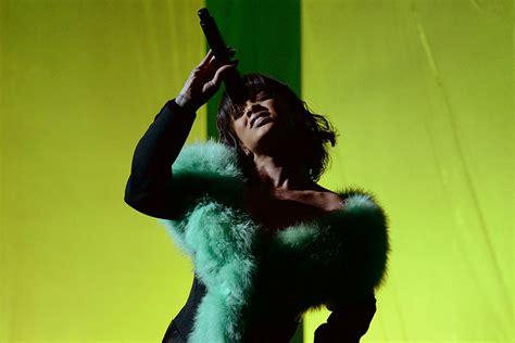 Watch Rihanna's Soulful 'Love On The Brain' Performance at ...