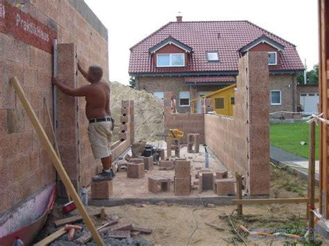 Garage Auf Der Grenze by Eine Garage Entsteht Einfach Bauen