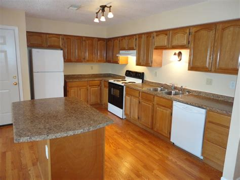 what color countertops go with oak cabinets what color laminate countertop goes with honey oak
