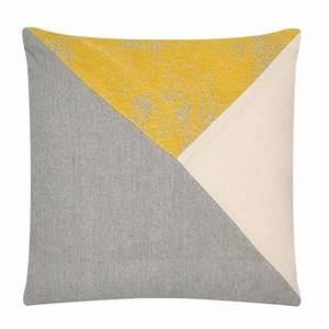 Coussin Gris Et Jaune : coussin triangle gris jaune 45cm x 45cm coussins ~ Dailycaller-alerts.com Idées de Décoration
