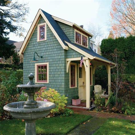 Kleine Häuser Bauen by Kleines Haus In Blauer Farbe Wasserbrunnen Daneben