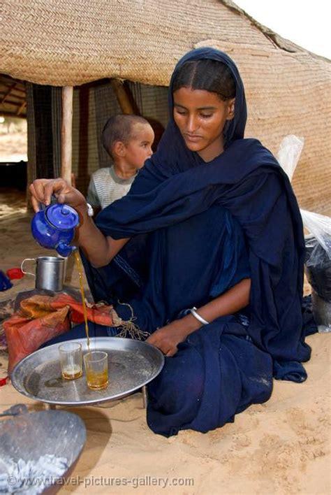 pictures  mali timbuktu  tuareg girl pouring tea
