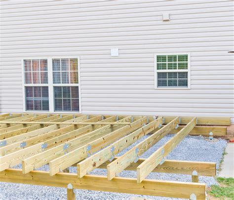 überdachte terrasse selber bauen holzdielen 187 so bauen sie die unterkonstruktion
