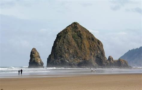 low tide at haystack rock on cannon beach oregon