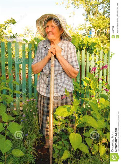 Alte Frau, Die Im Garten Arbeitet Stockbilder  Bild 10047784