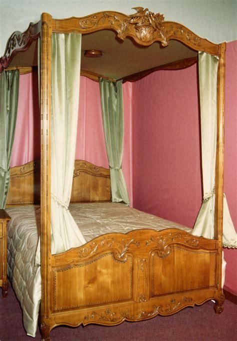chambre à coucher rustique lit à baldaquin meubles hugon meubles normands bernay