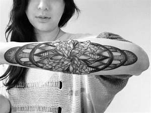 Tribal Tattoo Frau : unterarm tattoo ideen 40 motive f r frauen und m nner ~ Frokenaadalensverden.com Haus und Dekorationen