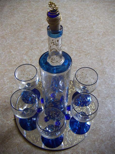 service verres bouteille et plateau photo de serviettage