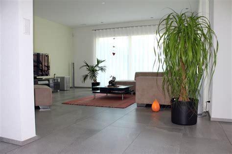 Wohnzimmer Weiße Fliesen by Wohnzimmer Mit Grossen Fliesen Aus Feinsteinzeug