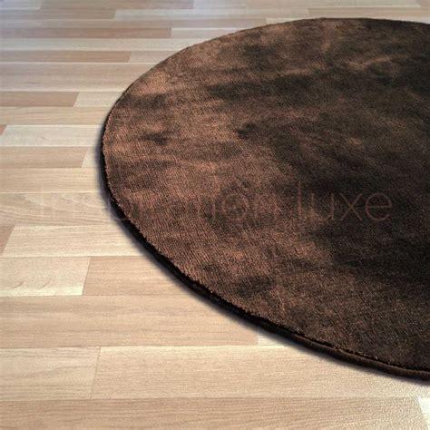 tapis rond sur mesure tapis rond sur mesure marron en viscose rond par inspiration luxe editions