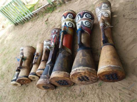 Alat musik bongo dimainkan dengan cara meletakkannya di antara kaki. 15 Contoh Alat Musik Ritmis dan Penjelasannya - Guratgarut