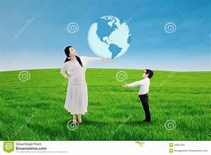 Welche Erde Für Palmen : asiatin welche einem kind die erde gibt lizenzfreie stockbilder bild 33921229 ~ Watch28wear.com Haus und Dekorationen
