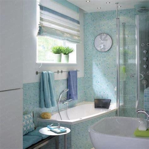 Kleines Bad Mit Klarer Teilung  Badewanne Vor Dem Fenster