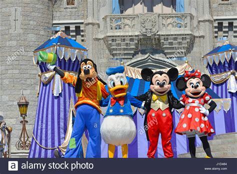 disney figuren kostüme disney figuren mickey minnie goofy donald duck cinderella castle im magic kingdom disney