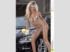 La Ragazza Sexy Lava L'automobile Nera In Bikini