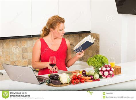 femme dans la cuisine femme au foyer faisant cuire dans la cuisine photo stock