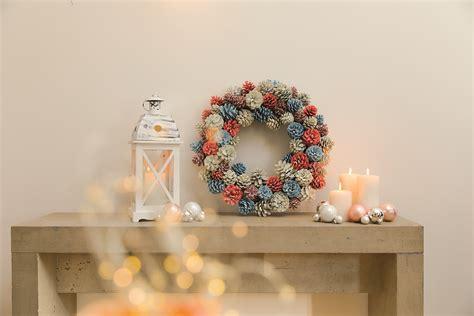 kranz aus tannenzapfen bastelideen f 252 r weihnachten mit anleitung obi