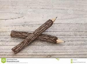 Achat Tronc Arbre Decoratif : crayons de tronc d 39 arbre sur la table en bois image stock ~ Zukunftsfamilie.com Idées de Décoration