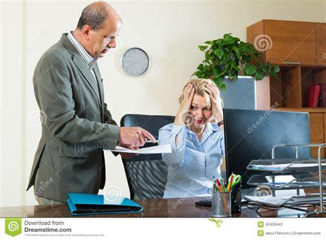dans le bureau chef et secrétaire fâchés dans le bureau photo stock