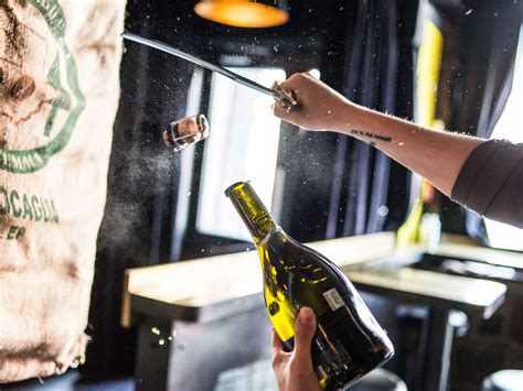 Ecco come si apre uno champagne col metodo della sciabola. Sciabola e champagne: tutto quello che dovete sapere sul ...