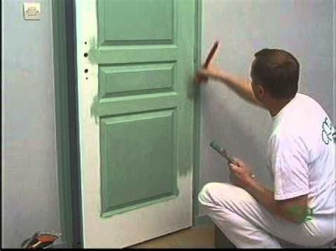 peinture porte cuisine peindre sur une porte à panneaux finition lissée