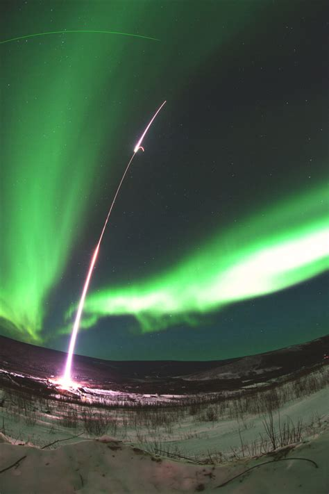 northern lights electric nasa rocketeers probe borealis solar interference