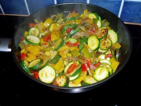 cuisiner des courgettes poele recette de poelée de poivrons et courgettes