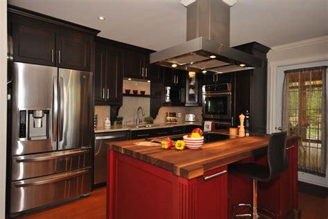 cuisine en merisier de couleur noir rouge avec  comptoir en noyer noir massif cuisine deco