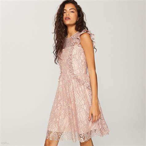 pudrowa sukienka z gipiury